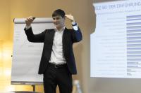 Felix Schröder während eins Vortrages zur Lotsenrunde | HIRSCHTEC