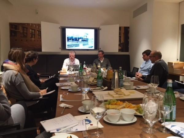 Präsentation in Raum von Lotsenrunde Hamburg, mehrere Personen an Konferenztisch | HIRSCHTEC