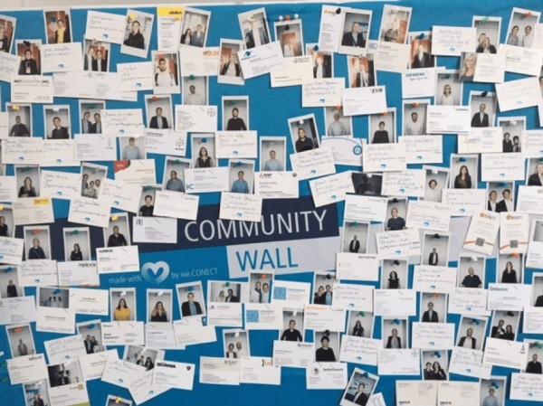 Community Wall - Poster mit vielen Mitarbeiter-Fotos und Zitaten | HIRSCHTEC