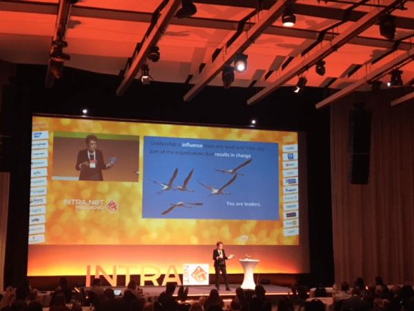 Bühne mit Keynote-Vortrag bei Intranet-Reloaded in Berlin | HIRSCHTEC